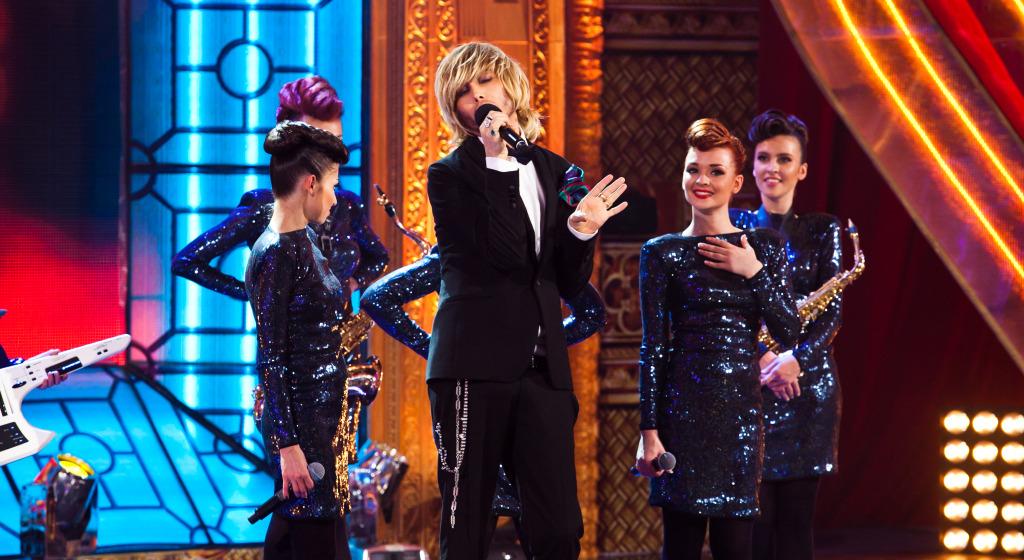 Сергей Зверев исполняет песню